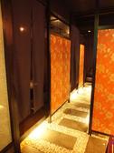 石畳と間接照明で古き良き日本の伝統文化を店内に。落ち着いた店内は2名様~最大20名様まで全席掘りごたつ空間。