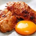 当店のメニューの中でも、人気ナンバーワンなのがこちらの「とろける卵とジューシーつくね」!小さめサイズで食べやすい一品!