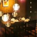 テーブルとテーブルの間は広く空間を取っていますので、落ち着いてお食事をお楽しみいただけます。