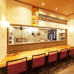 【カウンター席】店主や女将との会話も楽しめます。落ち着いた雰囲気の店内。お仕事帰りにサクッと一杯、料理長の丹精込めた料理の品々が温かくお迎えをします。四季折々の本格日本料理をお楽しみください♪