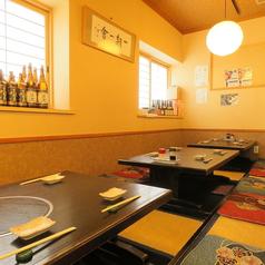 ゆっくり座れる座敷。暑い夏はきりりと冷やした日本酒とお造りを食べながら、寒い冬はお鍋や熱燗を、…。是非まったり過ごしてください!最大13名様でご利用可能です。