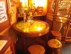 【1F・テーブル席】文字盤のデザインがお洒落なテーブル席です。人目が気にならないのも嬉しい♪