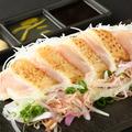 料理メニュー写真地鶏の藁炙りタタキ