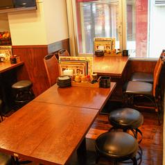 ダイニングにあるテーブルは最大2~12名まで可能♪大きな窓からは神田のネオンが楽しい★