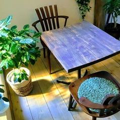 【テーブル席森を意識した】店内!人気のお席 2名テーブルx5はゆったりするには最適!!ぜひ気の合う仲間や、勉強会にご利用ください。2名様、お一人様でのご利用や、まとめて4~12名様の勉強会利用も可能です。