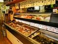 鮮魚店が併設されていて、食材を選ぶと、そのまま調理してくれるので新鮮で安い料理が出来たてで食べられます♪