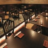 【テーブル席】…2名様から最大で20名様位まで、ご人数に合わせてご利用いただけます。ご友人とのお食事やデート、女子会、誕生日会などシーンに合わせてご利用いただけます。