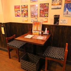 【テーブル:2名席(4卓)】お一人様・常連様・カップルにおススメのお席です。古民家風の壁と様々なポスターが昔ながらの懐かしいTHE居酒屋の雰囲気です。1階に3卓、2階に1卓あるお席です。混雑時は2時間制となります。ご了承ください。