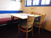 窓からの明るい光が差し込めるテーブル席は、カップルのデートや気の合う仲間との食事にピッタリ!