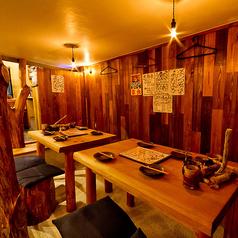 ロフトの下にはこんなお席も★木のぬくもりを感じられるテーブル♪お気軽にご利用頂けるテーブル席です!8名様までご使用いただけます。すべて自分達の手作りで仕上げ気持ちのこもった暖かい店内に仕上げています!