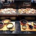【お料理コーナー(3)】当店自慢のグリルポークとグリルチキンはお好きな味付けでお愉しみ頂けます。
