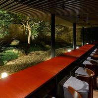 庭園が一望できるカウンター席はデートや記念日に