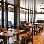 背もたれソファとおしゃれクッション。シックな木製テーブル。室内オープンフロア席になります。   【心斎橋/なんば/梅田/アメ村/居酒屋/韓国料理】