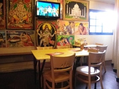 インドから取り寄せた壁面タペストリーや写真が飾られた店内。