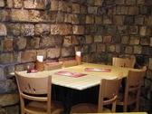 レンガの壁に囲まれ、落ち着いた空間のテーブル席。