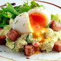 料理メニュー写真半熟卵と厚切りベーコンのポテトサラダ