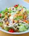 料理メニュー写真ぷりぷり海老とアボガドのシーザーサラダ