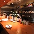 カウンター席にはワインや焼酎などの瓶がずらりと並び、しっとりお食事をお楽しみ頂けます。
