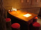 テーブル席は隣との間隔が広いので、後ろを気にせずお酒をゆっくりと愉しめます♪