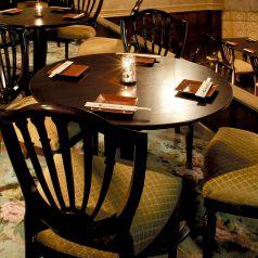 【個室】…2名様から最大で20名様位まで、ご人数に合わせてご利用いただけます。静かな席をご希望のお客様や、お二人だけの時間を大事にしたいカップルのお客様などにオススメです。※個室をご希望の際は事前にご予約をお願いいたします。