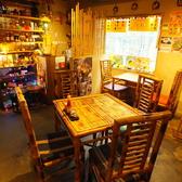 ベトナム感満載の落ち着いた雰囲気の店内。