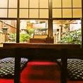 【1F】お庭の前の席は風通しも良く、先代と店長拘りの中庭が見えます。