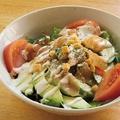料理メニュー写真鶏生ハムとアボカドのシーザーサラダ