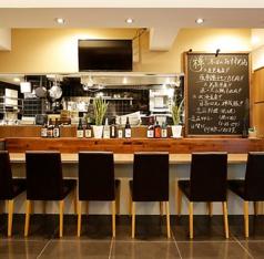 大人な雰囲気の店内は女性も気軽に立ち寄れる!スタイリッシュなカウンターでお酒を飲みながら会話を楽しめる空間です。