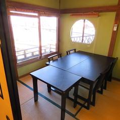 <つつじの間> 海の見えるお席お食事専用。こちらは椅子席。三崎の港を眺めながらお食事が出来ます。2名様から4名様にてご利用いただけます☆木のぬくもりの雰囲気のテーブル席ご用意しています。我が家にいるようなほっと安心を感じられるテーブルにて、ごゆるりとお寛ぎください☆