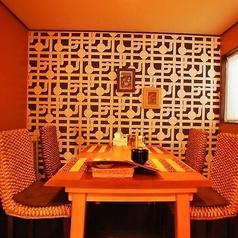 エキゾチックな雰囲気のテーブル席。半個室なので親しい方とのお食事にオススメです。