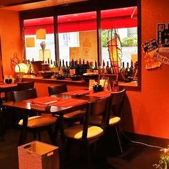 世界各国のワインが雰囲気の演出のお手伝い。柔らかな照明が照らす店内はデートにも。