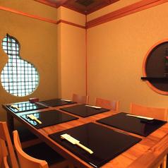 ご会食にもオススメの4名様まで入れる和室。モダン障子がオシャレ。テーブルとイスのご用意となっております。靴を脱いでおくつろぎ頂けます。