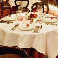 【個室】…誕生日や記念日のお祝いにご利用されるお客様には、メッセージ付ケーキの入った「記念日コース」がオススメです。テーブル上のアルコールランプの光がユラユラと揺らめいて雰囲気を盛り立てます。