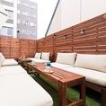 開放的なテラスのソファ席はゆったりとお寛ぎいただけます。人気のテラス席の為ご予約はお早目に。雨天時は利用不可