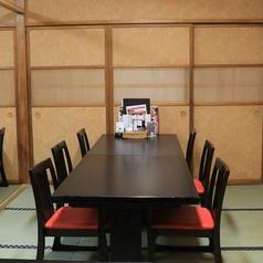 【大好評テーブル席】和の空間でありながらテーブル席にリニューアルいたしました。会社宴会はもちろん親族の顔合わせや法要など様々なシーンでご利用いただいております。個室も充実しているため、周りを気にせずお食事をお楽しみいただけます♪