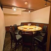 皆さんで食卓を囲めるので楽しい会話が弾む円卓個室。6~10名様までご利用いただけるので会社の部内での飲み会など少人数の接待やご宴会に最適です。人気の席となりますので、週末は、すぐに埋まってしまいますので、空き状況のご確認をお勧めしております。スペシャルな席で贅沢なひとときをお過ごしください