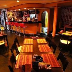 カウンターとテーブル席もご用意しております。重厚感のあるテーブルの色と赤を基調にした店内の雰囲気は抜群です。