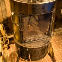 入口脇では特注燻製器で自家製燻製料理を手作りしております。お酒のアテにぴったりの「スモークチーズの燻製」や、定番のししゃもやうずらの卵に、当店自慢の鮮魚を燻製した「喉黒の味醂干し」などバラエティ豊かな品揃え!ちょっと風変わりな「炭火焼きバナナアイスクリーム」はぜひお試しくださいませ♪
