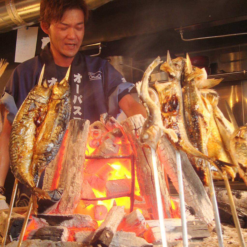 入口の炉端で焼く『原始焼き』!この焼き方で焼けば外はカリッと中はふっくら♪是非食べてみて!