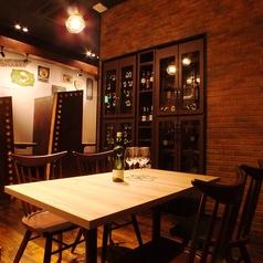 ◆バルフロアのテーブル席◆ オープンキッチンで広々とした空間は団体様の宴会にピッタリ!銀座・新橋での貸切宴会でのご利用多数♪新鮮な魚介類をふんだんに使った飲み放題付プランは5000円~♪