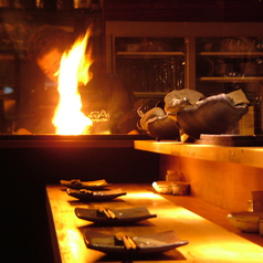 仕事終わりの一杯やデートにも◎迫力のある焼き風景を目の前で見ながら、銘柄地鶏を使用した鳥料理に舌鼓…♪