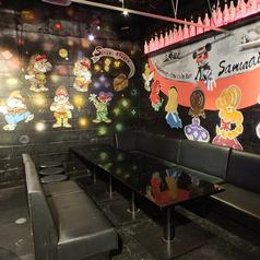 合コンパーティならソファー席で決まり!!黒色でまとめられた大人の雰囲気漂うお席♪細かい所までこだわった飾り付けはオシャレでたまらない!!