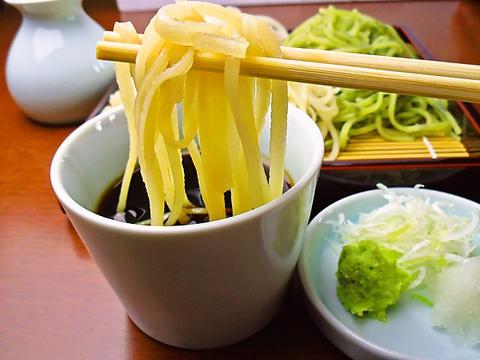 香りのいい細めのそばはコシがある手打ち麺。種類も豊富でさっぱりと食べられる。