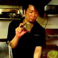 【一本一本丹精こめて】串打ち職人が真心こめて串物をご提供。当店の自慢の炭火焼きでふっくらジューシーな串をぜひお召し上がりください。