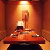和風の壁で雰囲気あるテーブル席