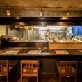カウンター席ではその日入荷した鮮魚や野菜が並ぶショーケースもご覧いただけます。板前におすすめ料理を聞いたり、会話とともに食事を楽しめるのはカウンター席ならではの醍醐味です!!魚料理と豊富な日本酒・焼酎を是非お楽しみ下さい!!
