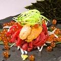 料理メニュー写真炙生ウニと馬刺しの海苔巻き