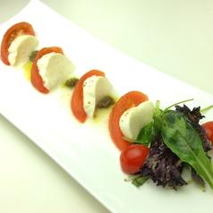 料理メニュー写真トマトとモッツァレラのカプリ風サラダ