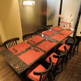 7~12名様まで座れるおしゃれなテーブルのお席は早い者勝ち♪みんなでわいわいお話ができる空間です!また、料理も映える位置に照明があるので、テーブルセットと一緒に写真を撮ってみてはいかがですか♪