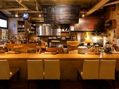 ライブ感のあるオープンキッチン!!目の前で調理する職人の仕事がみれます